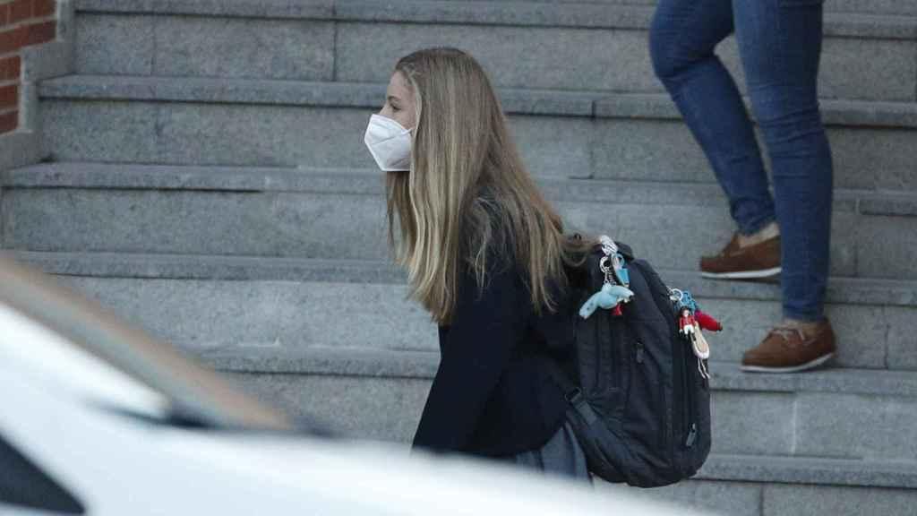 La infanta Sofía ha llegado al Santa María de los Rosales con el pelo suelto y la mascarilla FFP2.
