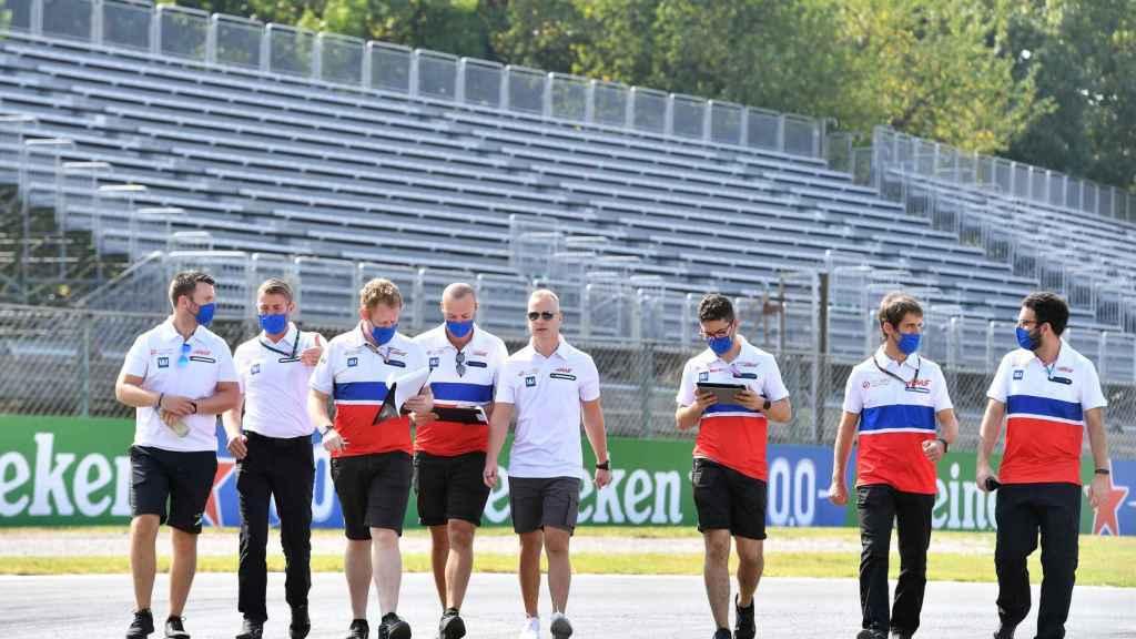 Mazepin junto a sus mecánicos del equipos Haas