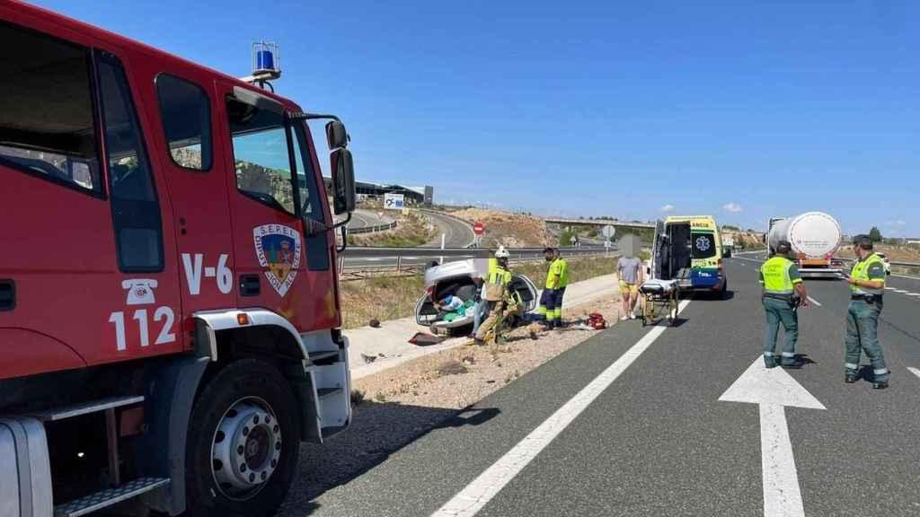 Bomberos del Sepei interviniendo para rescatar a la mujer herida. Foto: Diputación de Albacete.