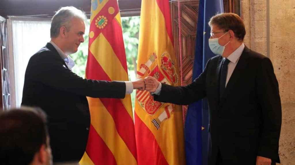 Héctor Illueca saluda a Ximo Puig en su toma de posesión como vicepresidente de la Generalitat Valenciana. EE