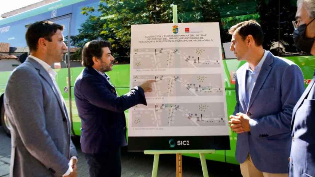 Panel informativo del proyecto de autobús con un sistema de reversión inteligente del tráfico.