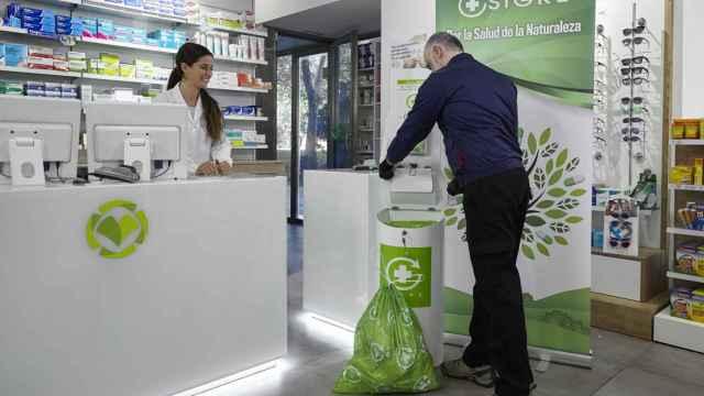 Recogida de medicamentos depositados en el punto Sigre de una farmacia.