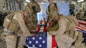 Marines estadounidenses junto al féretro de un compañero muerto en Afganistán.