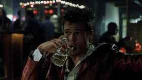 Brad Pitt bebiendo una cerveza en El club de la lucha