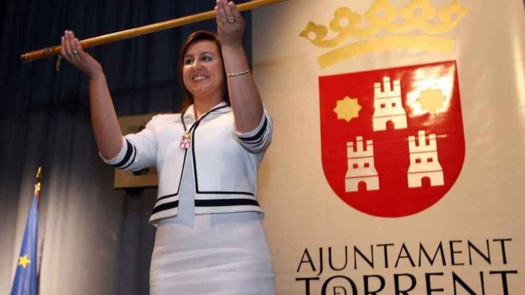 María José Catalá, cuando tomó la vara de mando como alcaldesa de Torrent en 2007. EE