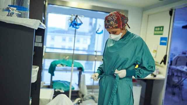 Una enfermera en la UCI de la Clínica Universidad de Navarra.