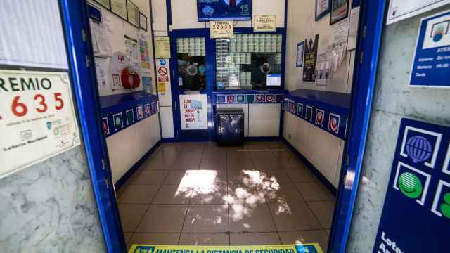 Archivo - Interior de una administración de lotería.