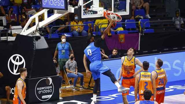 Brandon Davies hace un mate ante Valencia Basket en la Supercopa Endesa