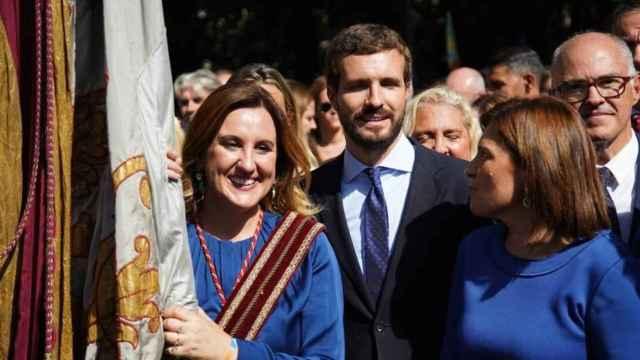 María José Catalá porta la 'Reial Senyera' de Valencia junto a Pablo Casado. EE