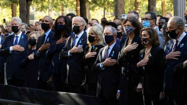 El presidente de EEUU, Joe Biden, junto a la primera dama Jill Biden,  los expresidentes Barack Obama y Bill Clinton y las ex primeras damas Hillary Clinton y Michelle Obama.