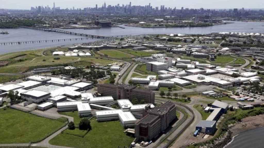 Imagen aérea de Rikers Island con la ciudad de Nueva York al fondo.