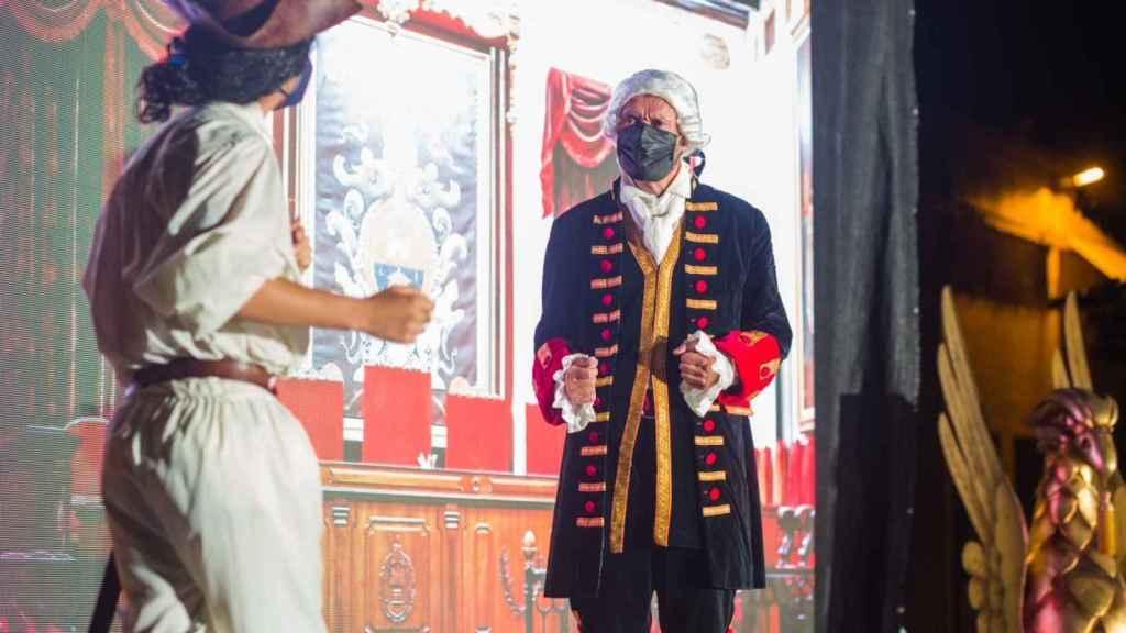 El alcalde de Elche sorprende por su reencarnación en la obra del Conde de Torrellano