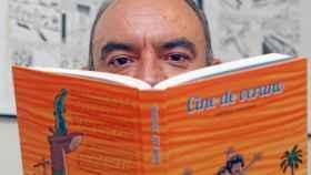 El dibujante alicantino, Carmelo Manresa, acaba de presentar su último libro Cine de verano