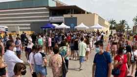 El martes pasado, y sin haberlo concretado Sanidad, se agolparon cientos de personas en el polideportivo de Elche para vacunarse.