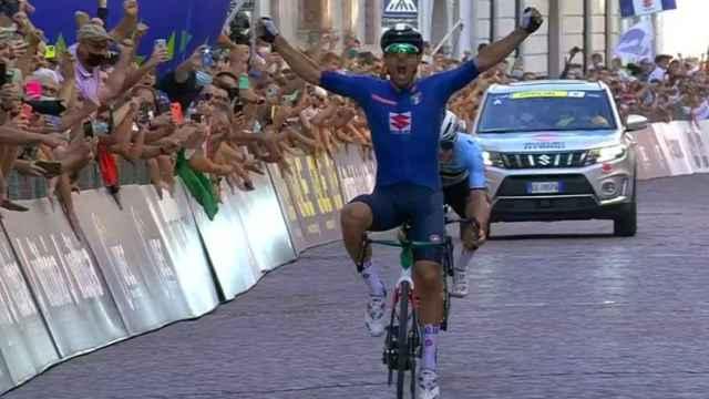 Colbrelli celebra su victoria sobre Evenepoel en el Campeonato de Europa de ciclismo