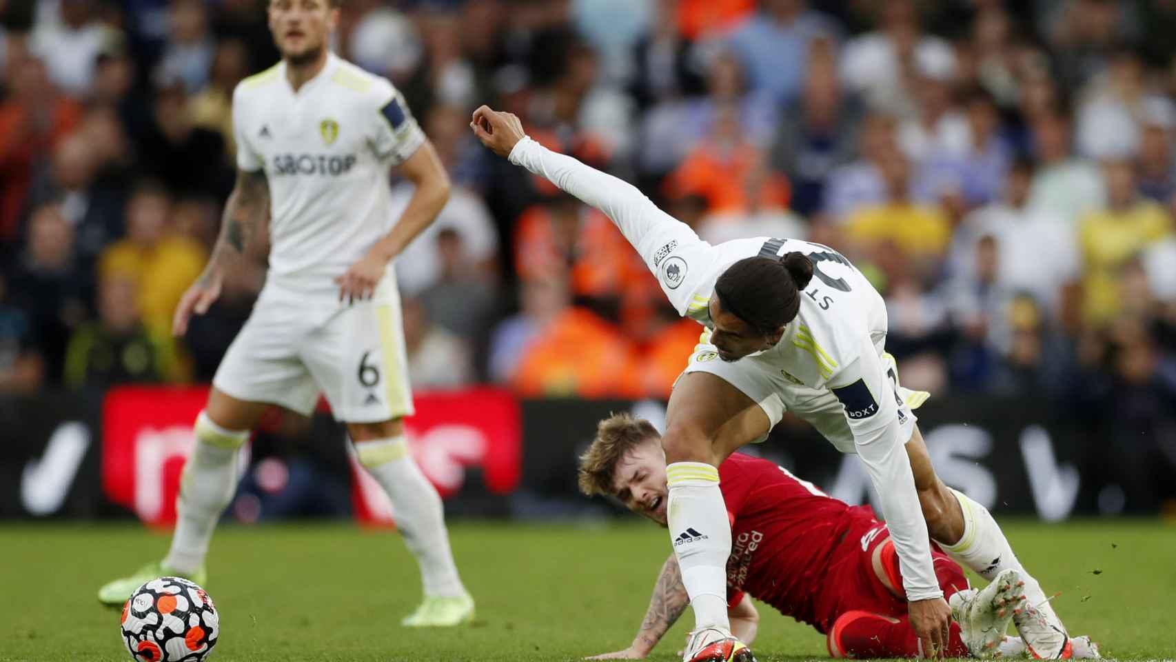 Harvey Elliott, en el suelo durante el Leeds United - Liverpool