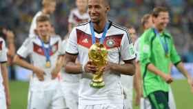Jerome Boateng con la Copa del Mundo ganada con Alemania en 2014