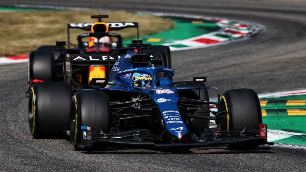 Fernando Alonso perseguido por 'Checo' Perez en Monza