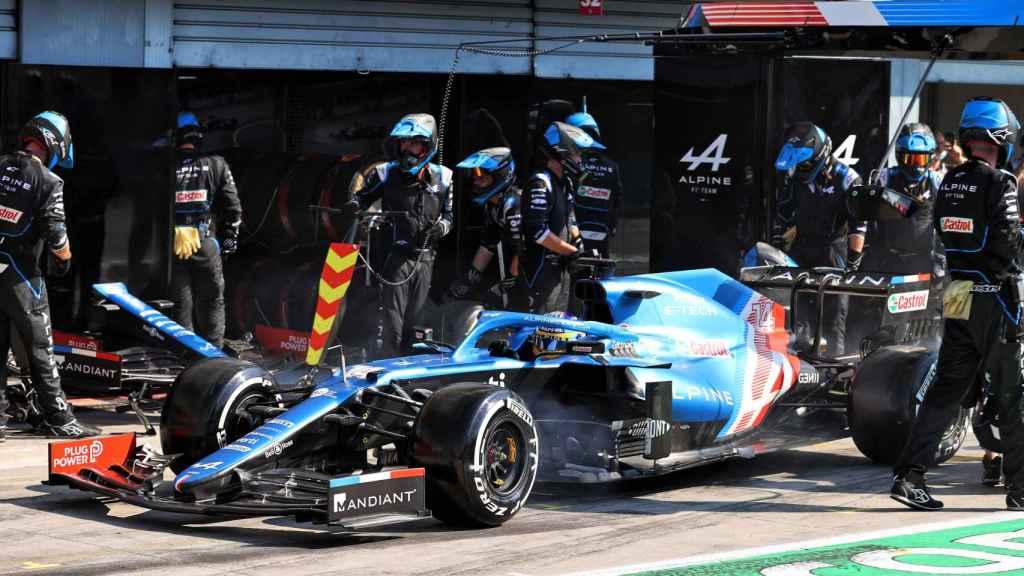 Fernando Alonso durante una parada en el GP de Italia