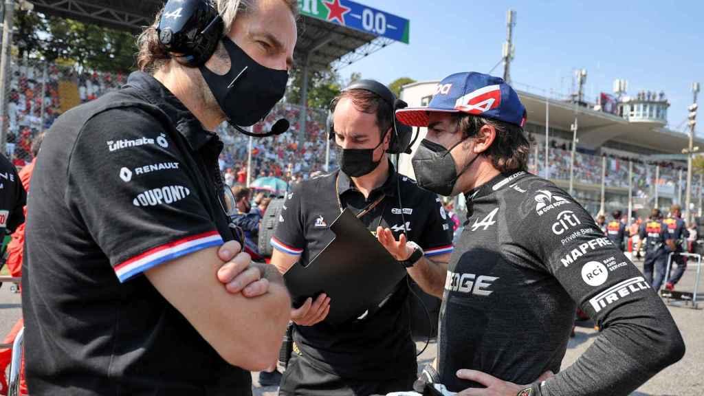 Fernando Alonso habla en Monza junto a sus ingenieros