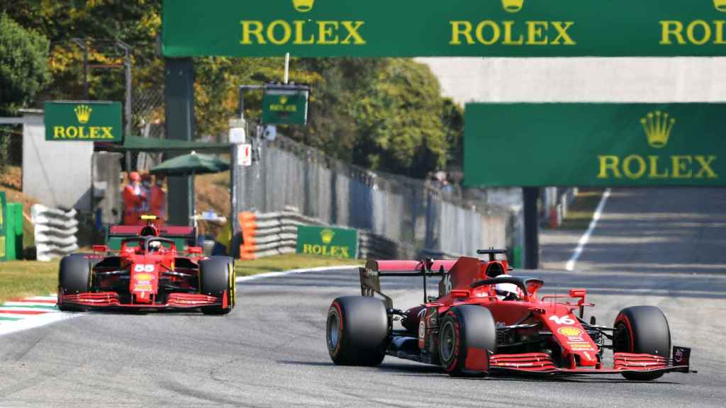 Charles Leclerc rodando por delante de Carlos Sainz