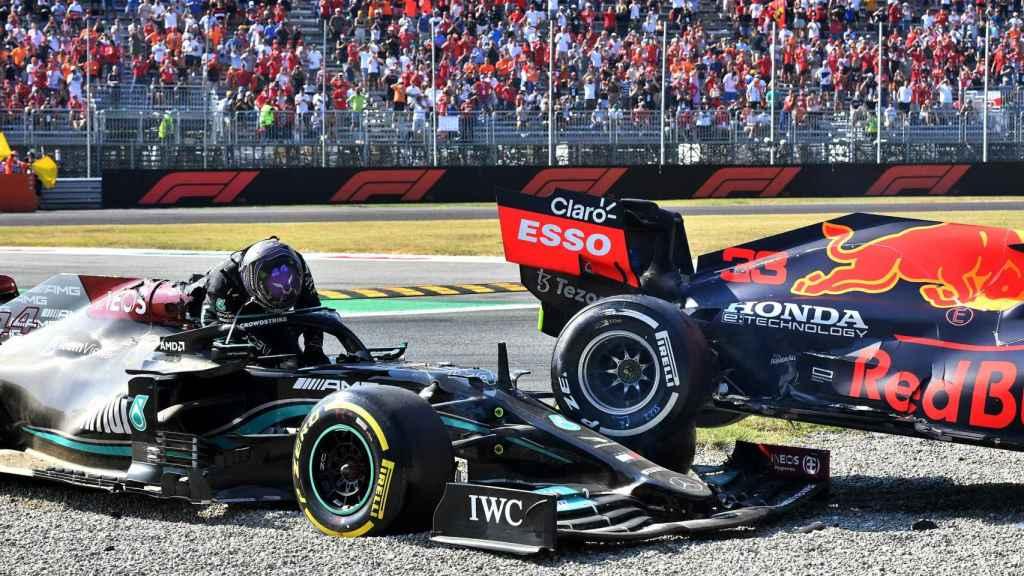 Hamilton saliendo de su Mercedes tras el accidente con Verstappen en Monza