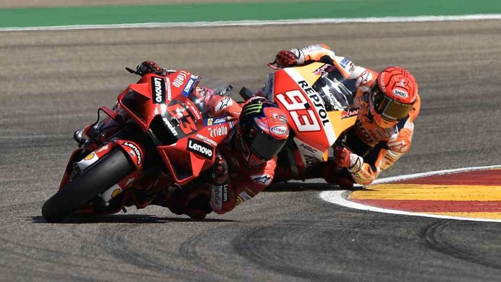 Pecco Bagnaia lidera la carrera de MotoGP del Gran Premio de Aragón, seguido de Marc Márquez.