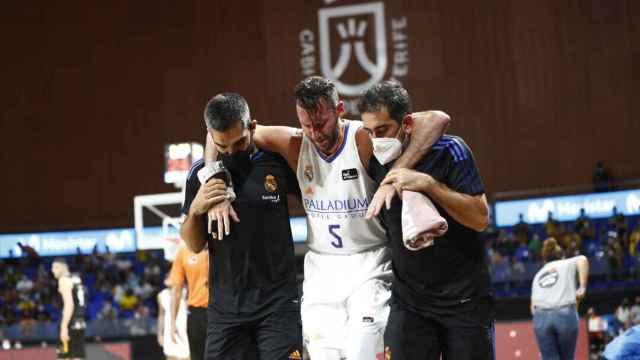 Rudy Fernández se retira lesionado con ayuda de los médicos del Real Madrid