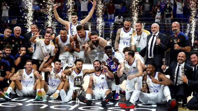 El Real Madrid celebra el título de la Supercopa Endesa 2021