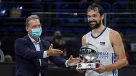 Sergio Llull recibiendo el premio de MVP de la Supercopa Endesa 2021