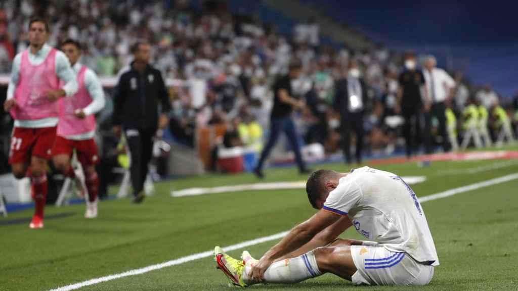 Eden Hazard, sentado sobre el césped dolorido tras un golpe
