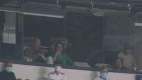 Zinedine Zidane, junto a su esposa, en un palco del Santiago Bernabéu durante el Real Madrid - Celta de Vigo