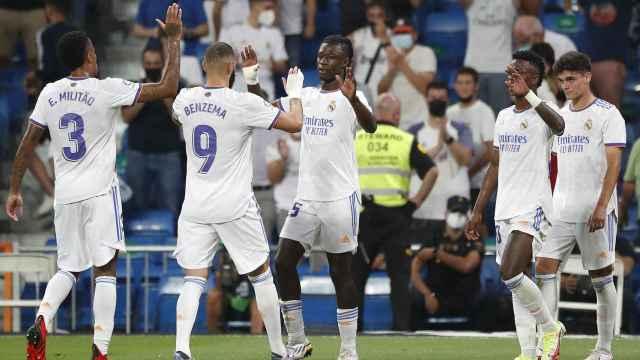 Camavinga celebra su gol con los jugadores del Real Madrid
