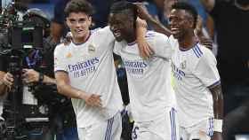 Camavinga celebra su primer gol con el Real Madrid junto a Miguel y Vinicius