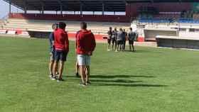 Jugadores del Illescas sobre el municipal de La Roda. Foto: CD Illescas