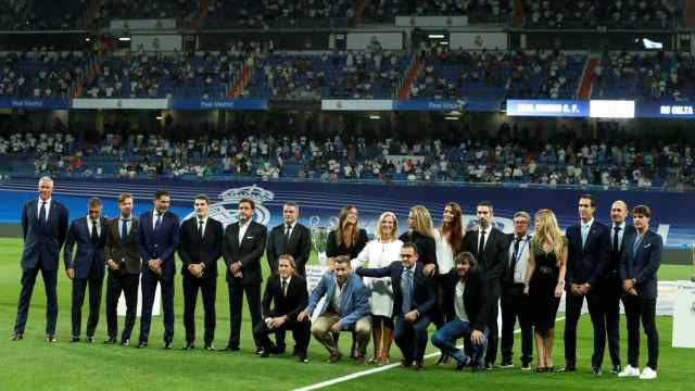 Familiares de Lorenzo Sanz y leyendas del Real Madrid en el homenaje al expresidente