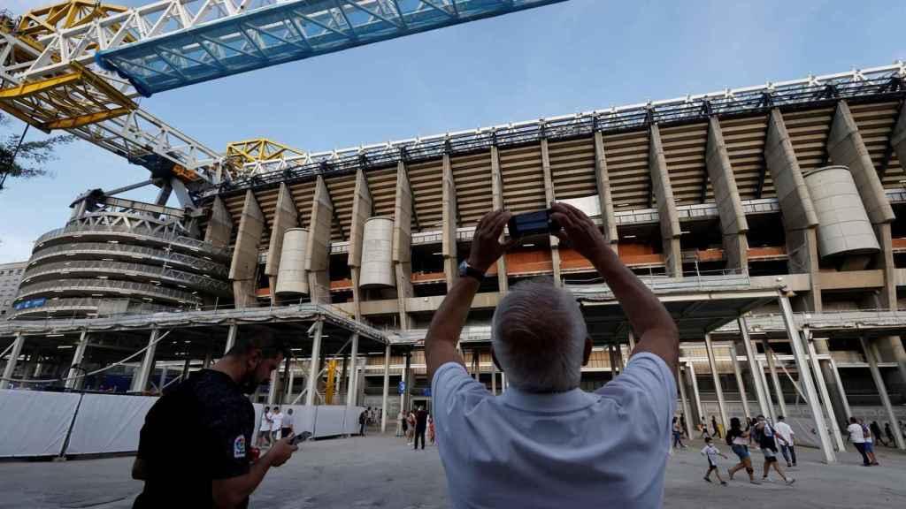 Aficionados del Real Madrid fotografían las obras del estadio