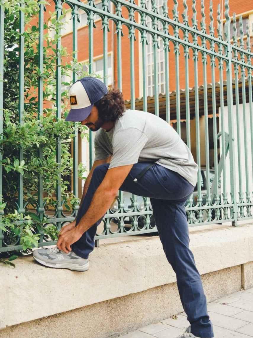 Un hombre usando uno de los pantalones ecológicos de Trendsplant.