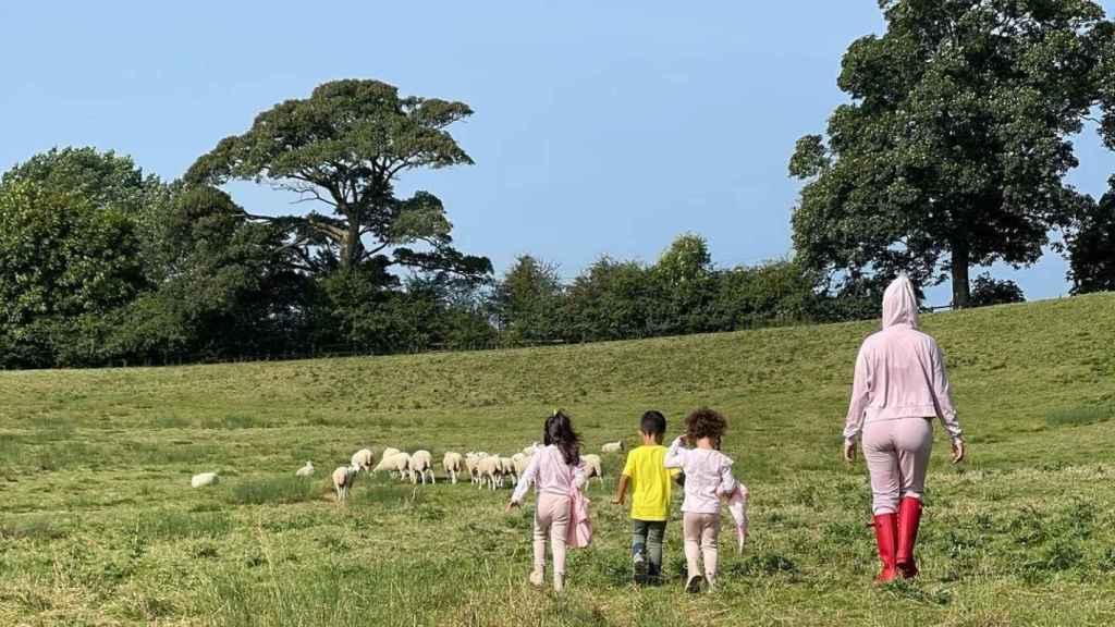Georgina junto a sus hijos pequeños en Inglaterra.