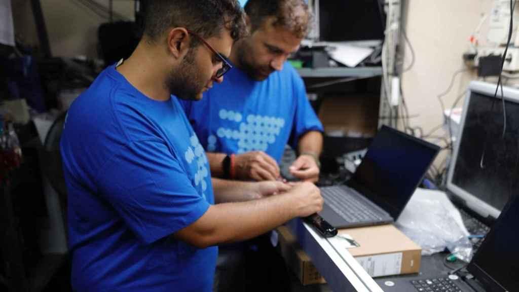 Trabajos por parte del equipo de Archangelus con los equipos desarrollados por la startup.