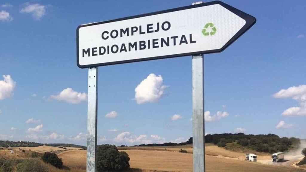 Imagen del cartel anunciador del macrovertedero. (Foto: Ana Martínez)