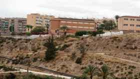 El colegio, desde el otro lado de la ladera del  río Vinalopó