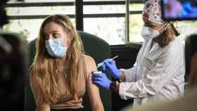 Archivo - Estudiante Erasmus de la UV recibiendo la vacuna contra la Covid-19.