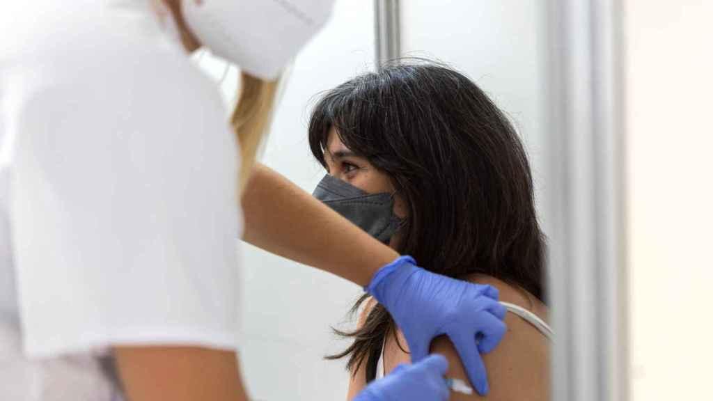 Una mujer recibe una vacuna contra la Covid-19