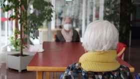 Visita a una anciana en una residencia. JCCM