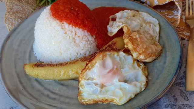 Arroz a la cubana, una receta española que nació en Canarias.