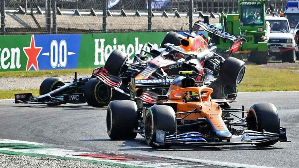 El coche de Verstappen vuela sobre el de Hamilton