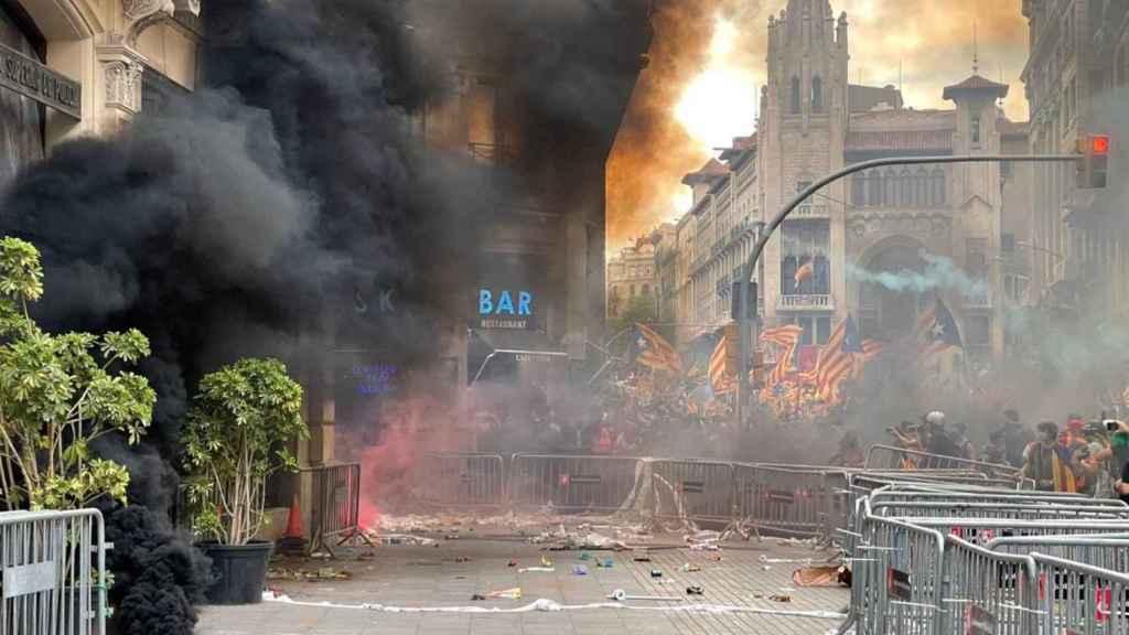 La Jefatura de Policía Nacional en Barcelona, hostigada por radicales independentistas durante la Diada de 2021.