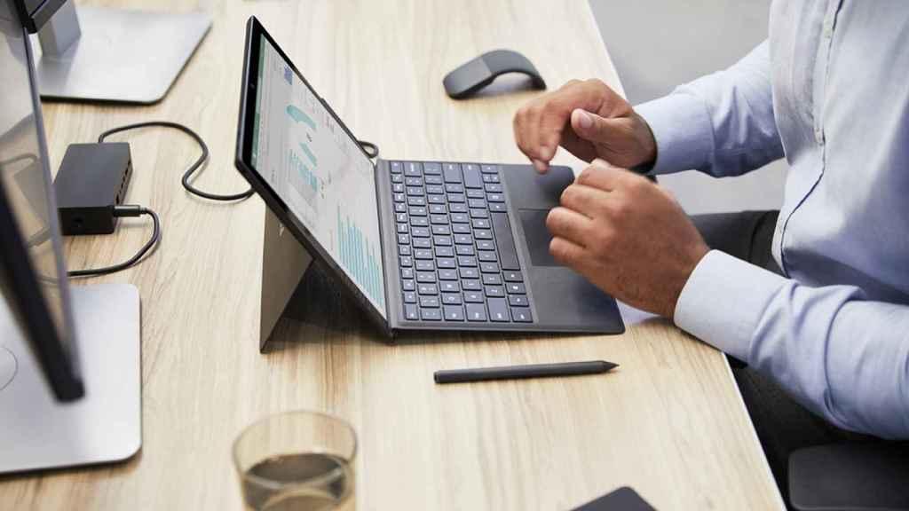 Un trabajador, ante su ordenador con un entorno Microsoft.