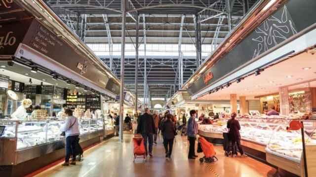 Varios clientes pasean por uno de los mercados municipales de Barcelona.